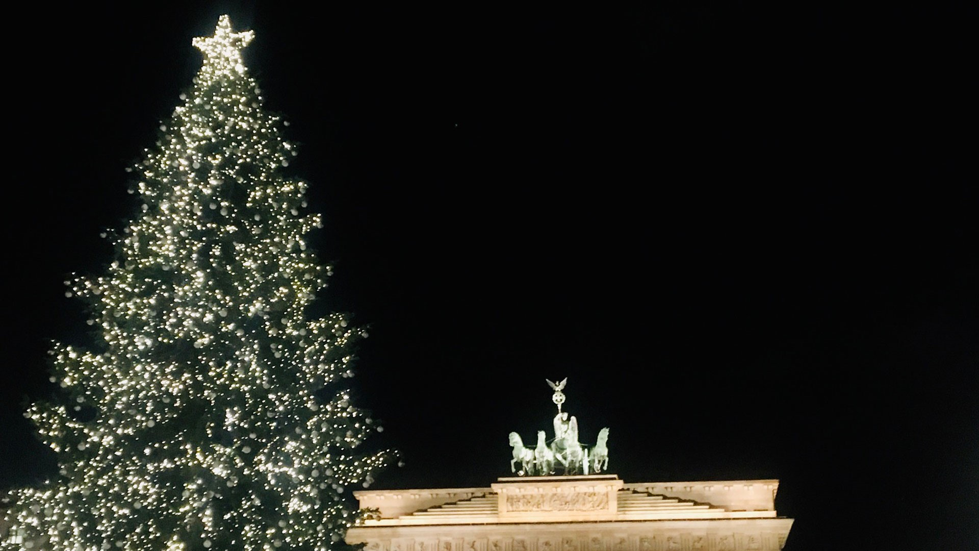 Christmas tree in front of Quadriga